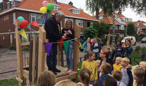 De nieuwe groenzone en speelplek aan de Willem de Zwijgerlaan zijn vanmiddag feestelijk geopend door wethouder Lamers. Foto: gemeente Voorschoten