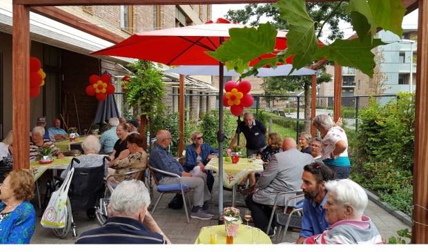 Het nieuwe terras bij Topaz Vlietwijk is feestelijk geopend. Foto: Topaz