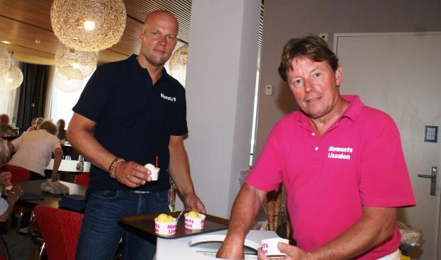 IJs scheppen voor de bewoners van WZC Vlietwijk. Een cadeautje van Rob van der Kraan (l) van Monuta Uitvaartzorg. Foto: VSK