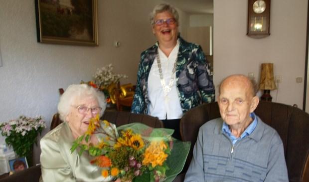 Loco-burgemeester Lamers feliciteert het briljanten bruidspaar Van der Linden - Van Beelen. Foto: vsk