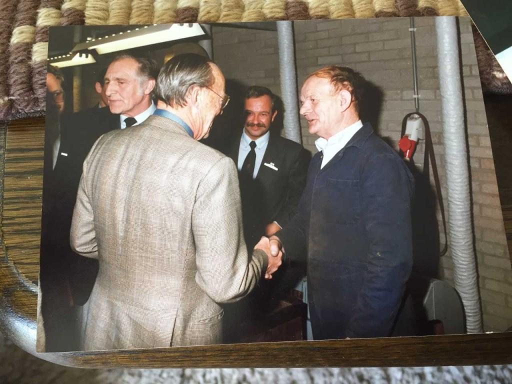 Prins Bernhard schudt de hand met Piet van der Linden tijdens zijn bezoek aan Van Kempen en Begeer.   © VSK