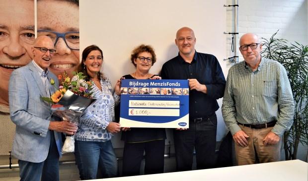 Vlnr Jaap Visser (Rotary), Katja Willems (Voorschoten voor Elkaar), Janine Tuinhof de Moed (Rotary), Remco van der Veen (Menzis) en Dik Zweers (Vereniging Ouderenbelang Voorschoten). Foto: Menzis