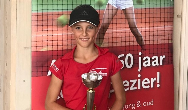 Lisanne Bunnig (10), TV Forescate,  met de beker. Foto: TV Forescate