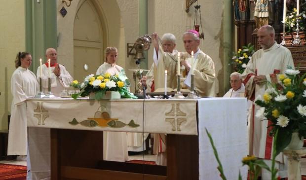 Een pontificale viering met Emeritus Bisschop van Luyn ter gelegenheid van het 150-jarig bestaat van de H. Laurentiuskerk.