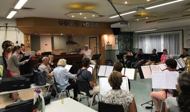 Afgelopen dinsdag repeteerden de musici in clubgebouw van Laurentius. Foto: Cultuurfabriek