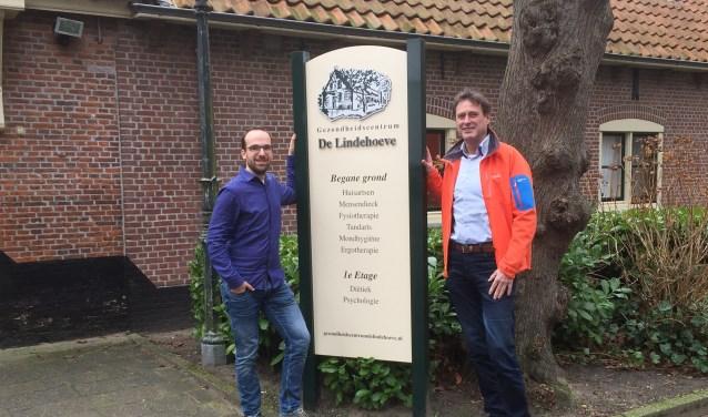 Rob de Vries draagt zijn praktijk met een gerust hart over aan Christiaan Smeenk (l) die al langer aan de Lindehoeve is verbonden. (Vsk)