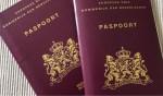 Pilot thuis bezorgen nieuwe paspoorten