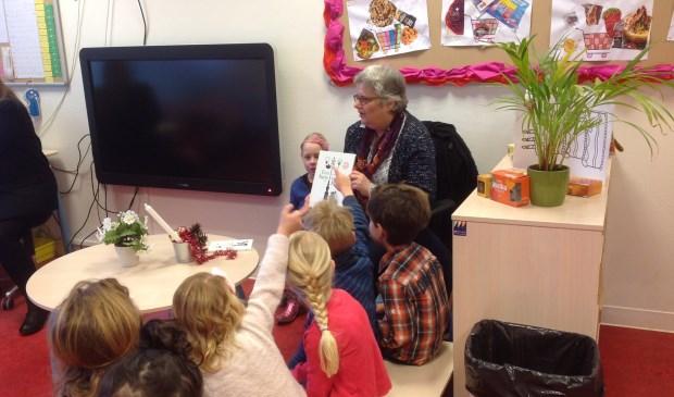 Wethouder Monique Lamers leest de kinderen van de Vos voor uit het prentenboek van het jaar. Foto: De Vos