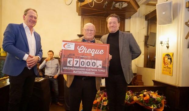 Tjerk Schaafstra, voorzitter van de cliëntenraad van Topaz Vlietwijk nam de cheque in ontvangst. Foto: VSK