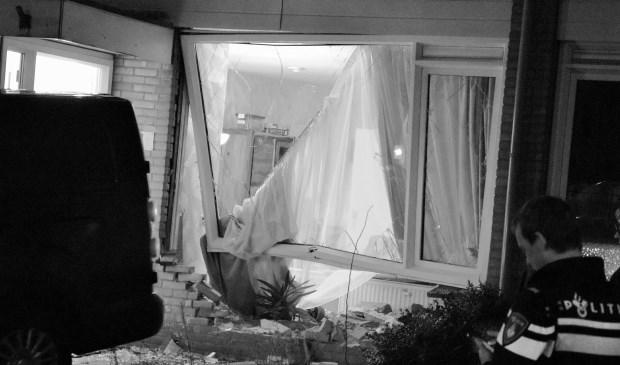 Flinke ravage nadat een busje een woning aan het Olivier van Noortplantsoen binnen reed. Tekst en foto: AS Media.