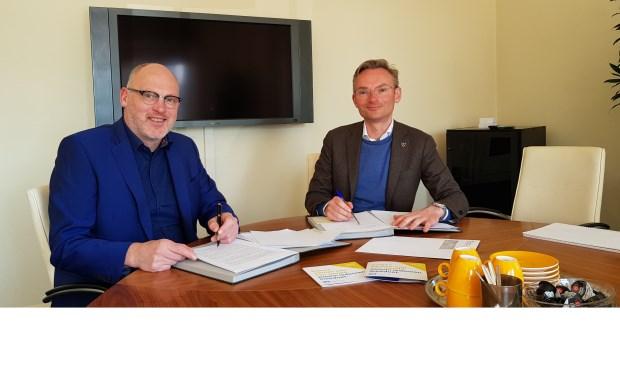 Eind februari tekenden wethouder Nanning Mol (l) en Peter van Dalen, directeur van DZB Leiden, een dienstverleningsovereenkomst. Foto: gemeente Voorschoten