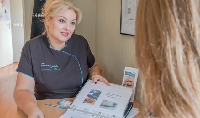Tijdens de open dag van haar salon Essence of Beauty geeft Yvonne Duyvestijn advies voor een stralende huid. Foto: Dewy de Wit