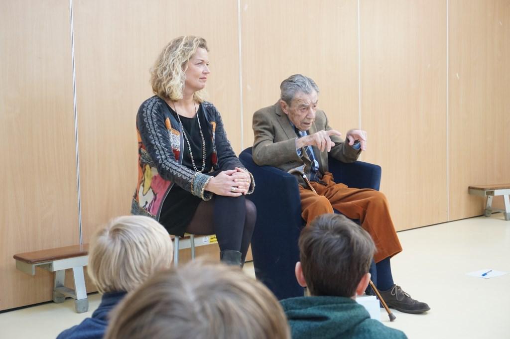 98-jarige Eddy Jonker vertelt de kinderen van groep 8 van de Fortgensschool over zijn ervaringen als Engelandvaarder. Foto's: VSK