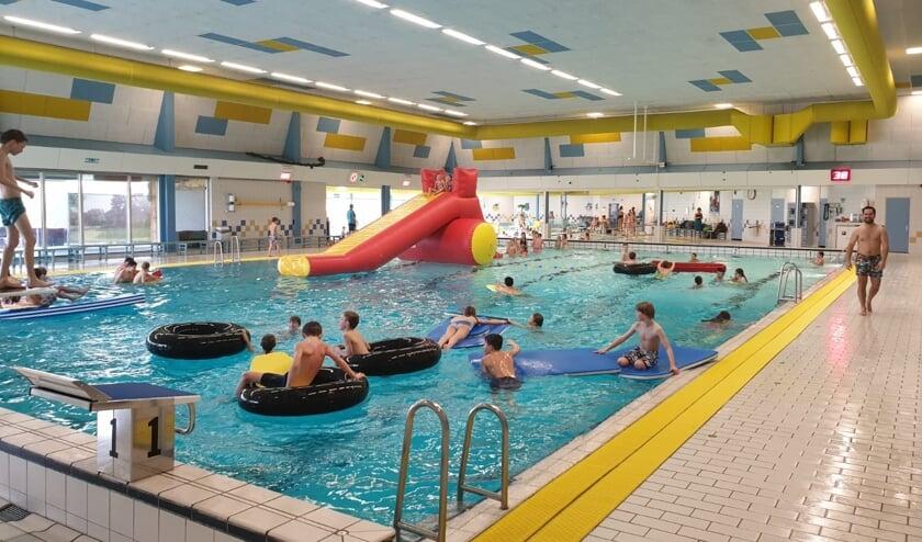 Leerkrachten staken, voor leerlingen reden om lekker te gaan zwemmen. Foto: Het Wedde