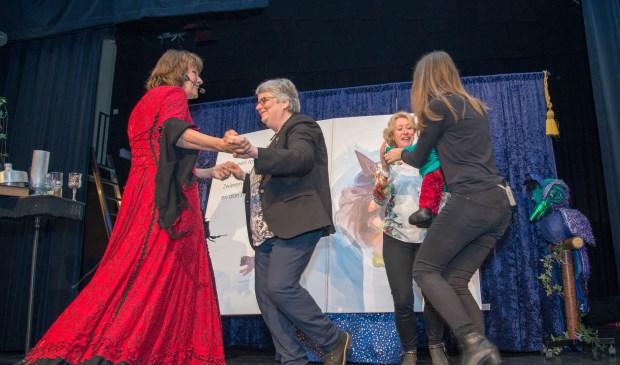 Dansen met sprookjestovenaar Carlijn. Het 50-jarig bestaan SKV werd uitgebreid gevierd. Foto: Nelleke de Vries