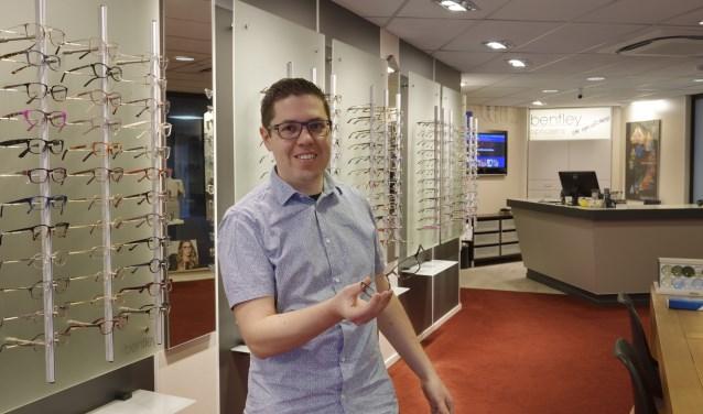 Roy van Kuik begon als hulpkracht, volgde de opleiding tot opticien en is nu eigenaar van Bentley Opticiens. Foto: G.A.H Hoeberechts