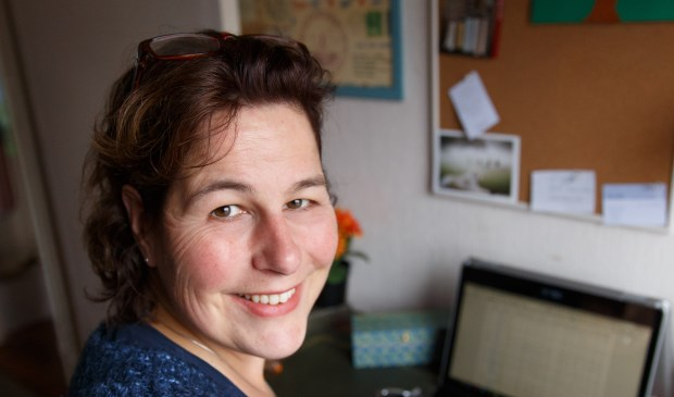 Voorschotense Saskia Oudshoorn schreef een boek over haar postnatale depressie en paniekaanvallen. Foto: Kleine Spruit Fotografie