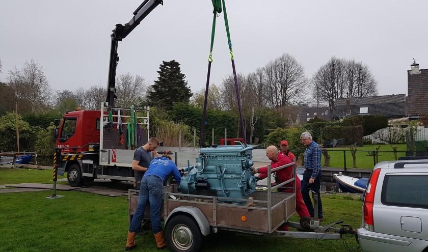 De gereviseerde motor van 800 kg wordt in de sleepboot Asathor gehesen. Foto: Leif Erikson