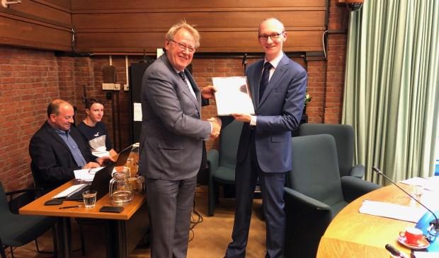 Sjoerd van den Dool, voorzitter van de Vertrouwenscommissie, overhandigt de Profielschets aan Commissaris van de Koning Jaap Smit. Foto: VSK