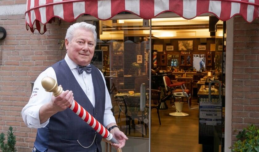 Het teken van de barbiers, de rood-witte paal, hangt ook bij de kapperssalon van Jan Teske. Foto: Jules Perel