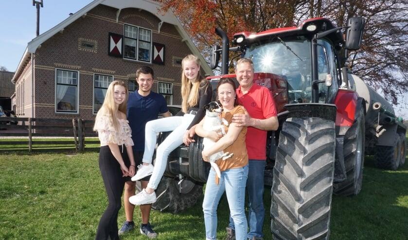 Eva, Mees, Maartje, Mascha en Piet Hein van Vliet organiseren de 9e FarmFair op zondag 2 juni. Foto: VSK