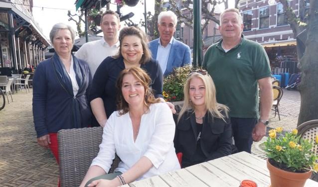 Vlnr Anneke van Beveren, (cie lid) en de bestuursleden Bas te Riele, Ingrid Nieuwenburg, Hans van den Boogaardt, Paul Bruiijnzeels, Sandy Monker en Nancy Hoogendoorn. Foto: Vsk