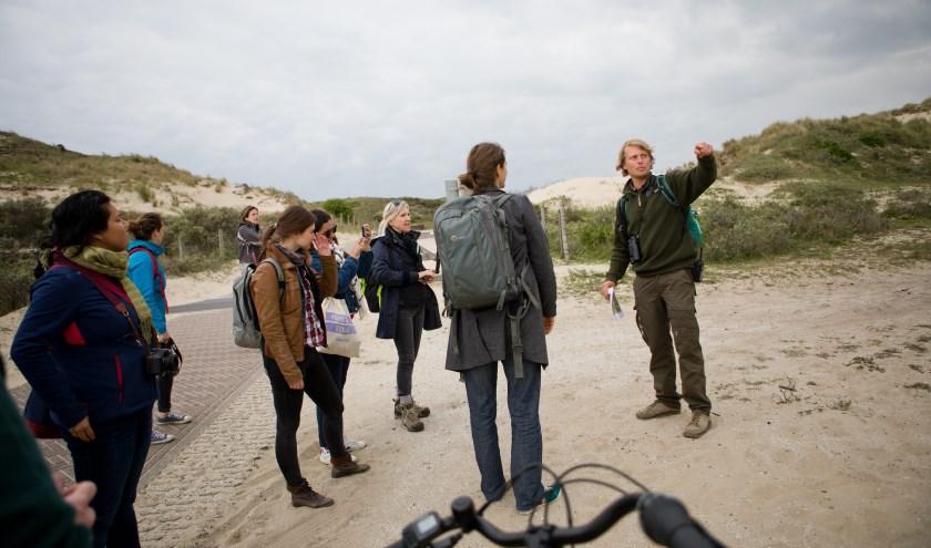Duinwachter Joeri vertelt meer over de 6812 verschillende soorten planten en dieren die leven in Nationaal Park Hollandse Duinen, met eigen ogen te zien in onder andere de Libellenvalei. Foto: Park Hollandse Duinen
