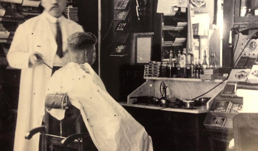 Opa Jan Teske knipte en scheerde bij voorkeur met een sigaar in de mond. Hij kon het zich permitteren. Foto: archief Teske