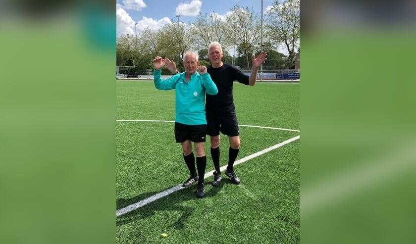 Jan Buist en Ron Helder floten afgelopen weekend hun laatste voetbalwedstrijd voor Voorschoten'97. Foto: V'97