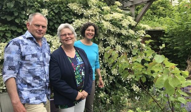 Van links naar rechts: Bert Metsemakers, wethouder Monique Lamers en Inez Milot. Foto: gemeente Voorschoten