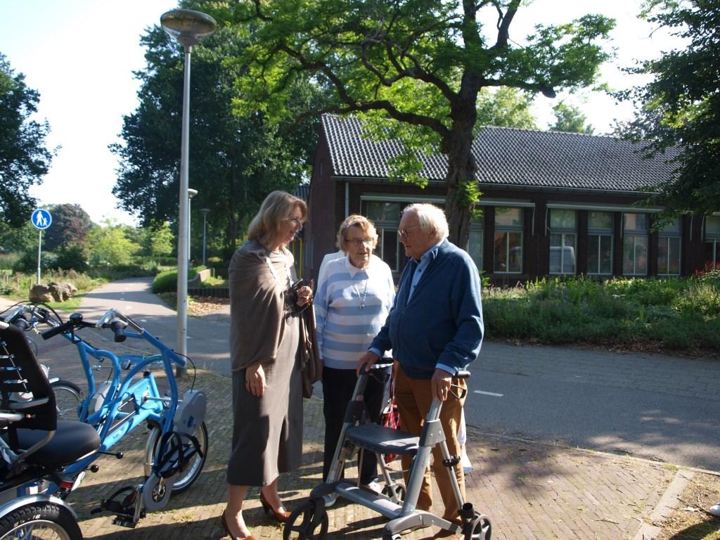 Meneer van der Boon vroeg zijn verjaardagsgasten om een donatie voor Fietsmaatjes, het bracht 700 euro op! Foto: Vsk  © VSK