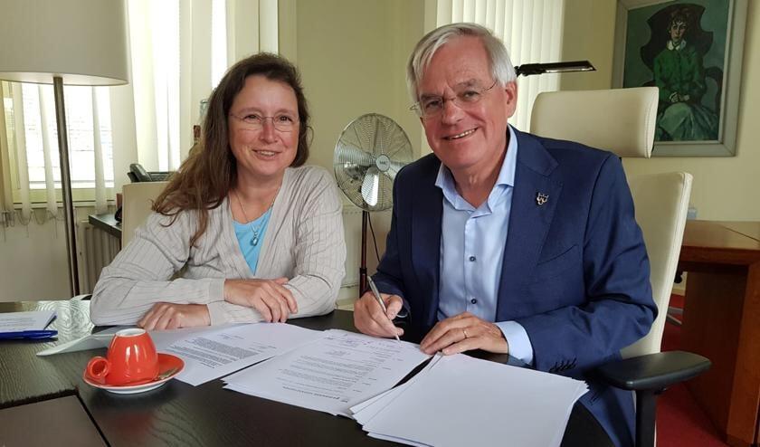 Margo van Aarle van Amvest en wethouder Cramwinckel tekenden een anterieure overeenkomst getekend over de ontwikkeling van Beresteijn. Foto: gemeente Voorschoten