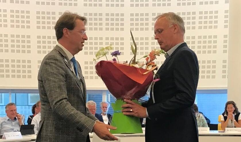 Felicitaties van dijkgraaf Rogier van der Sande voor Bruno van Dunné. Foto: PvdA Voorschoten