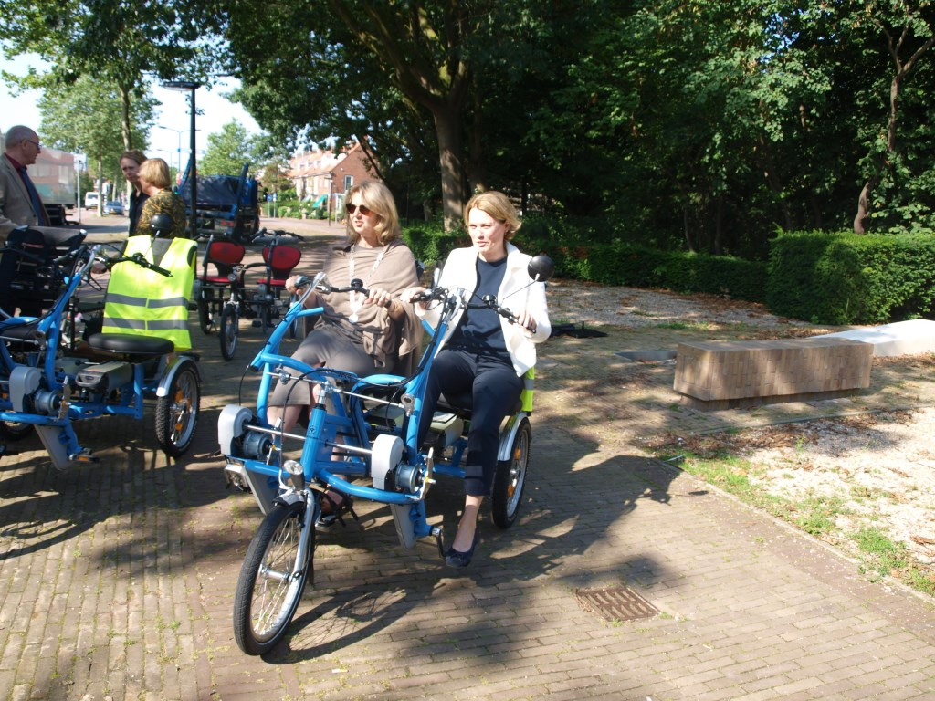 Burgemeester Bouvy - Koene maakt een ritje met voorzitter Fietsmaatjes Voorschoten Louise Wammes Foto: Vskter   © VSK