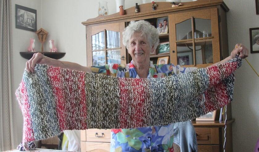 """Op 95-jarige leeftijd was de actieve """"mevrouw Oudshoorn"""" nog aan het breien voor minderbedeelden in Armenië. Ze is 99 jaar geworden."""