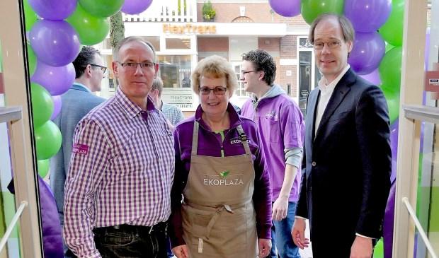 Wethouder Kist, geflankeerd door Rob en Marijke Meijer, bij de opening van Ekoplaza aan de Damlaan (foto: Ot Douwes).