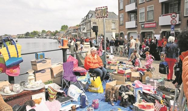 Oranjefeest rond de sluis in Leidschendam. Nog niet bekend is wat daar wel gewoon doorgaat (archieffoto).