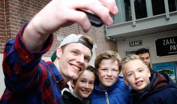 Selfie van leerlingen van De Wegwijzer met Enzo Knol.