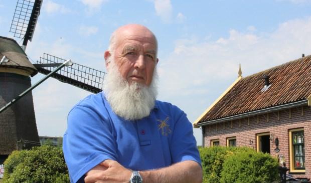 De makkelijk herkenbare molenaar Bram Zonderop bij de molen en het molenaarshuisje (foto/tekst: Dick Janssen).
