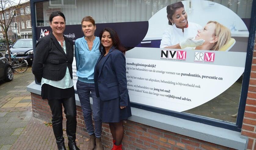 Lynette de Vries (l.) met haar businesspartner Roelie Dröge (m.) en klant Astrid Goercharn (r.) voor het pand van AG Mondhygiënistepraktijk, waarvoor zij de marketing en communicatie verzorgt (foto: Inge Koot).