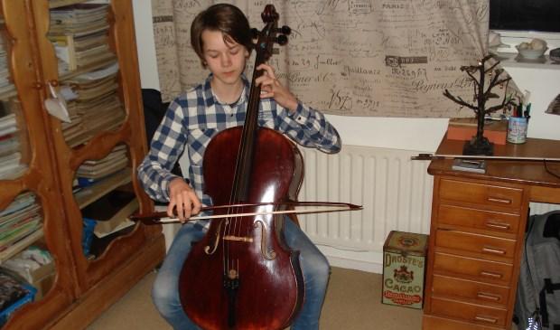 Reinier Wink is nog maar 13 jaar oud, maar speelt de sterren van de hemel op zijn cello (foto: Naomi Defoer).