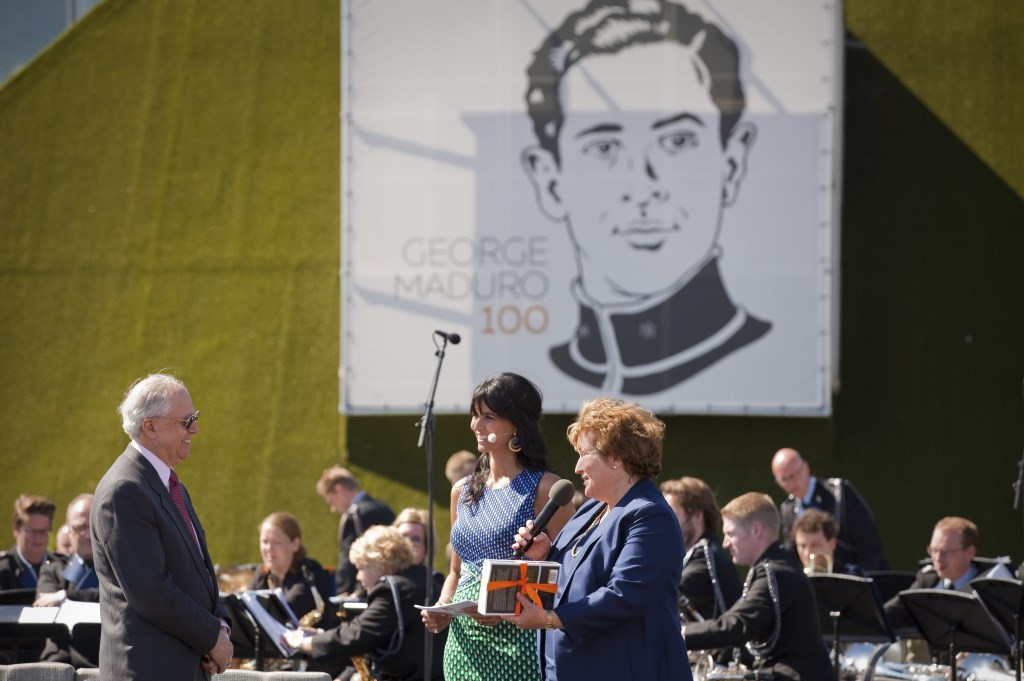 Kathleen Brandt auteur van de biografie van George Maduro Ridder zonder vrees of blaam overhandigt het eerste exemplaar aan George Maduro Alvarez Correa (foto: Studio Oostrum).  © Het Krantje