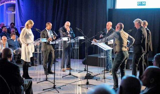 Het Politiek Sportcafé onder leiding van Frits Wester was het eerste debat in aanloop naar de gemeenteraadsverkiezingen van maart volgend jaar (tekst: Inge Koot; foto: Michel Groen).