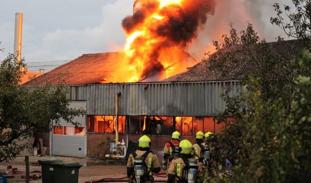 Grote uitslaande brand in de kwekerij te Stompwijk (foto: Rene Hendriks/Regio15.nl).