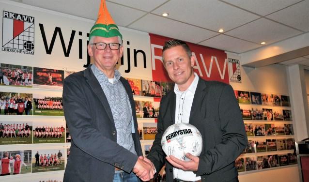 Damzwabber-voorzitter Raymond v.d. Meer (r.) en RKAVV-voorzitter Frans v. Rossen verheugen zich op de samenwerking (foto: Jelle Abma).