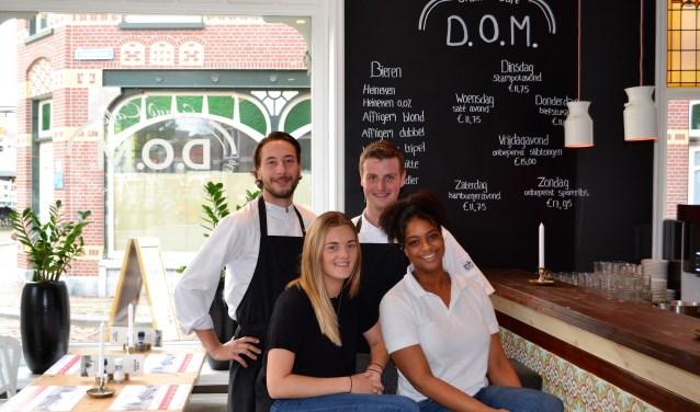 De nieuwe crew van Grand Cafe D.O.M.: Neils Groenendijk, Kimberley Koenraads, Leon van Noort en Geniva dos Santos (foto: Inge Koot).
