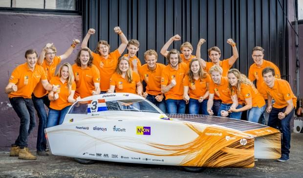 Het Nuon Solar Team met Nuna 9. In het midden de Voorburgse teamcaptain Sander Koot (foto: Jorrit Lousberg).
