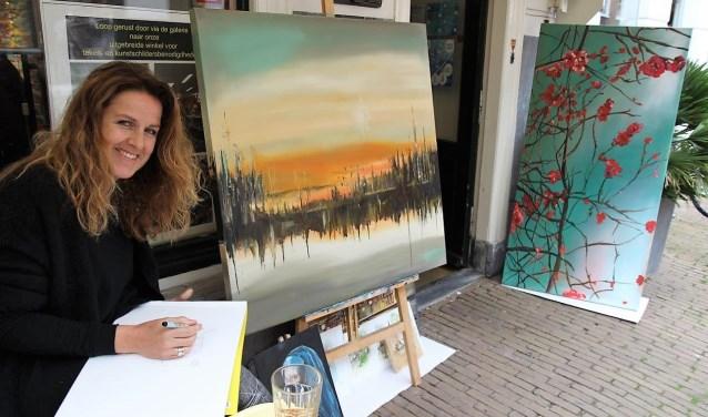 Op diverse plaatsen in het Huygens Kwartier stonden kunstenaars te tekenen en te schilderen voor de teken- en schilderwedstrijd (foto: Ap de Heus).