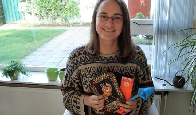 Fran met enkele 'souvenirs'die zij overhield aan haar werkzaamheden in vluchtelingenkampen (foto: Naomi Defoer).