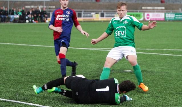 asper Koning (SEV rechts) komt hier net tekort, maar scoorde zaterdag 2x en gaf 2 assists (foto: PR SEV/Rik Driessen).
